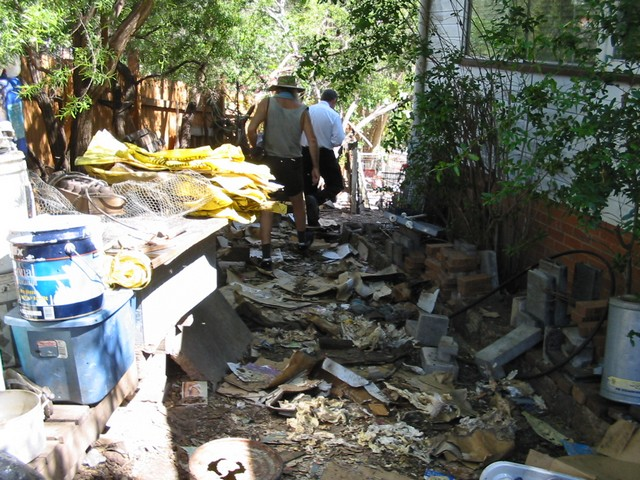 http://HaigReport.com/PhotosArmedRobbers/BrisbaneCityCouncilAccomplices/129-2906_IMGMeFrontYardWhiteShirtBcc_Guy_tn640x480.jpg